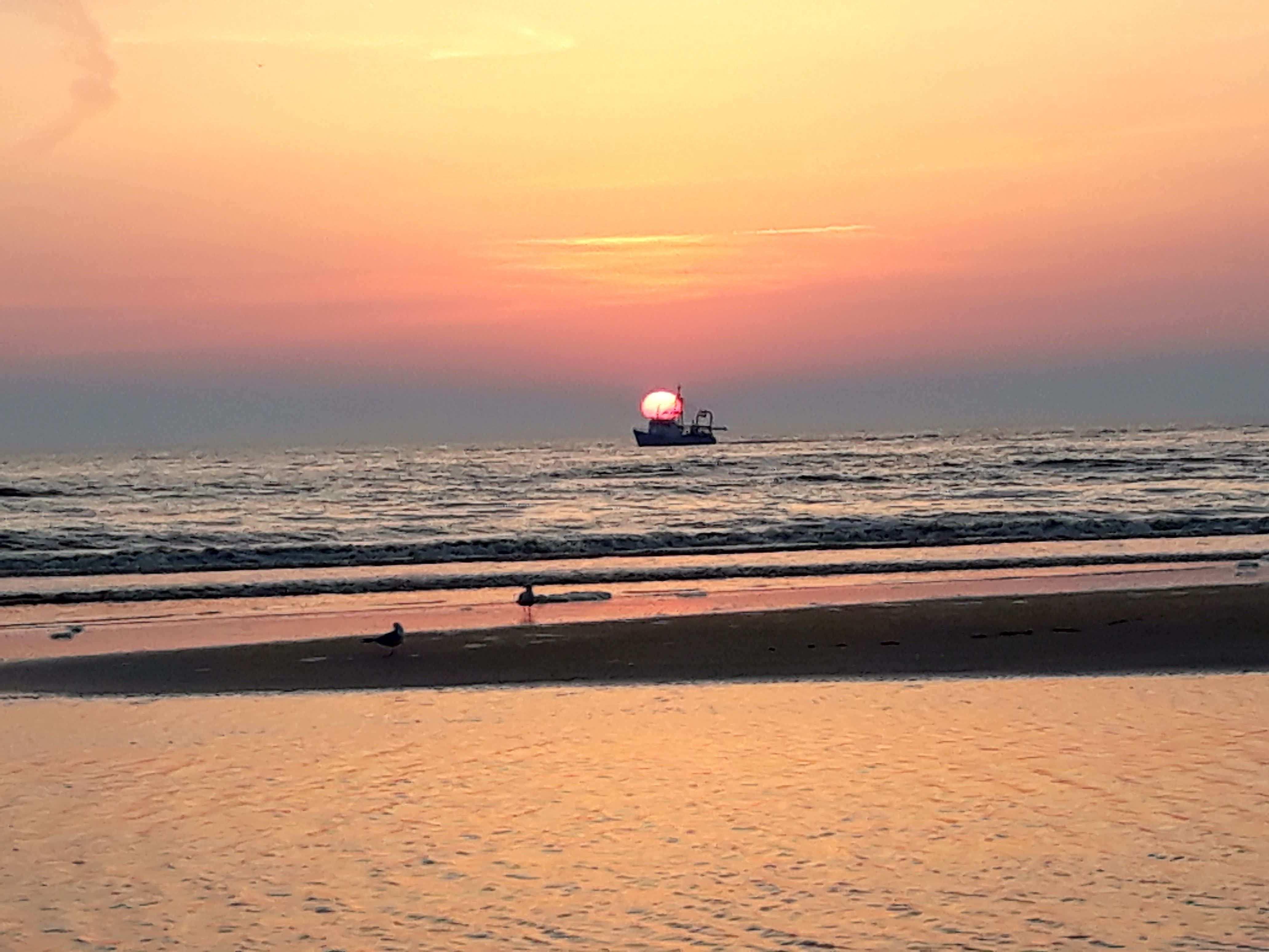 De Kleuren Van De Avond Aan Zee Met Afbeeldingen Vissersboten